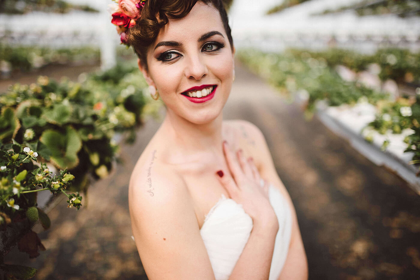 Editorial Mid-Century Modern Wedding in a Strawberry Field