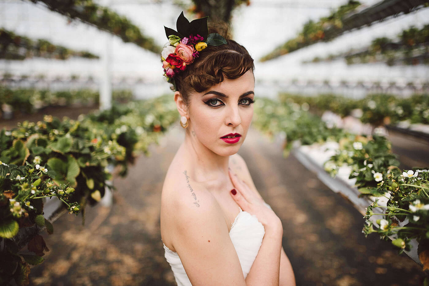 roma-organizacao-eventos-editorial-mid-century-modern-wedding-in-a-strawberry-field-10
