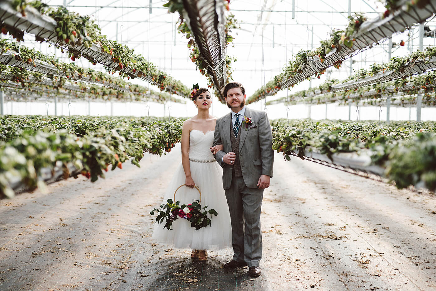 roma-organizacao-eventos-editorial-mid-century-modern-wedding-in-a-strawberry-field-14
