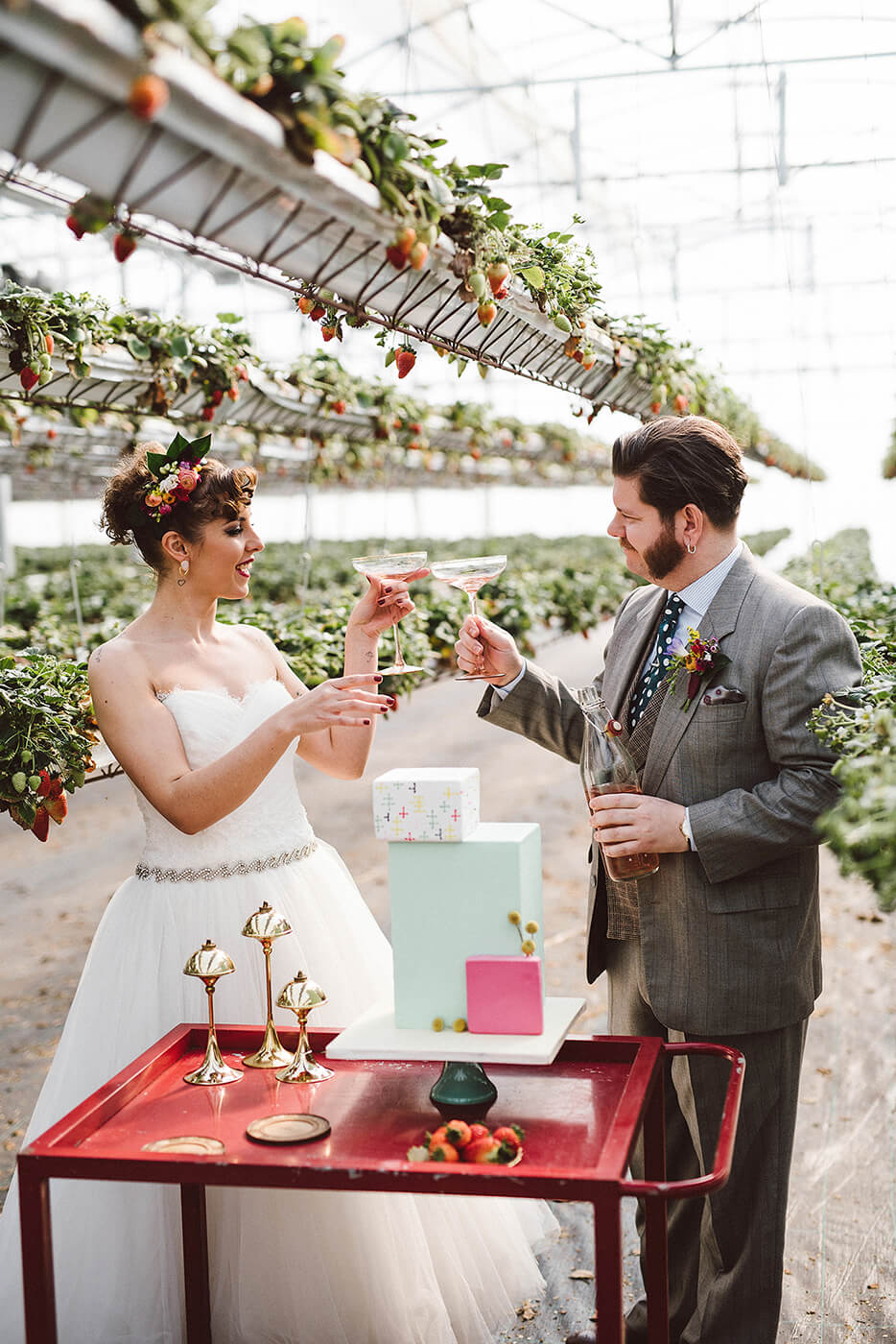 roma-organizacao-eventos-editorial-mid-century-modern-wedding-in-a-strawberry-field-28